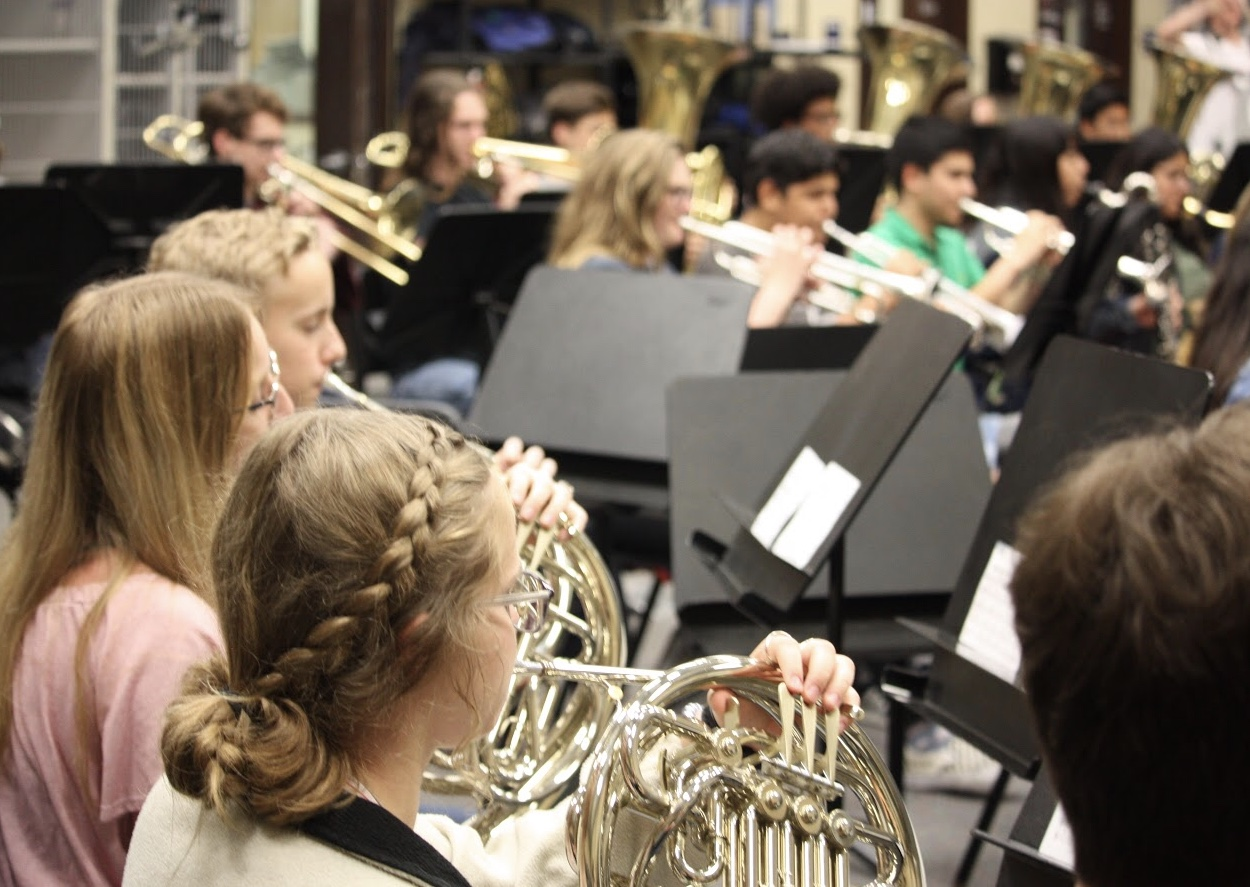 The+french+horns%2C+trumpets%2C+and+trombones+play+through+the+fight+song.